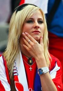 Supportrice tchèque concentrée sur le match