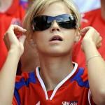 Supportrice blonde à lunettes de soleil