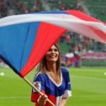 Jolie supportrice tchèque avec drapeau