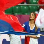 Supportrice tchèque agitant le drapeau